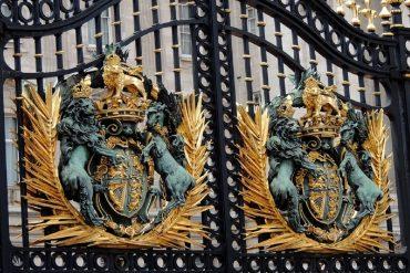 portail en fer forgé avec une grille d'inspiration artistique